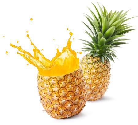 alimentos y bebidas: jugo de piña que salpica hacia fuera de su fruto
