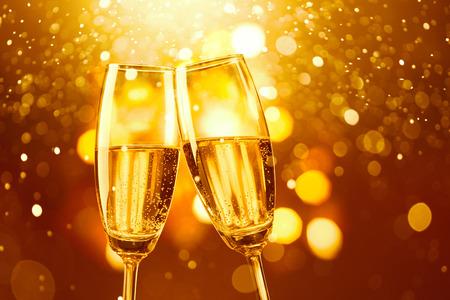coupe de champagne: deux verres de champagne grillage contre bokeh d'or fond