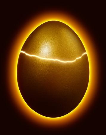 fissuré ou d'oeufs d'incubation d'or avec lumière rougeoyante