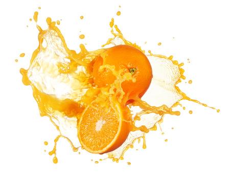 naranja fruta: jugo de naranja chapoteo con sus frutos aislados en blanco