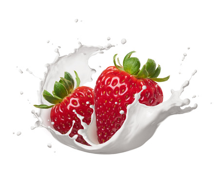 fresa: fresas con salpicaduras de leche aislado en blanco