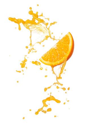 naranja: naranja salpicaduras jugo con rodaja de naranja aislado en blanco