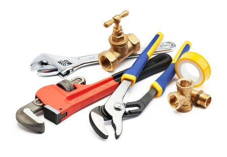 plomeria: diversos tipos de herramientas de plomería contra el fondo blanco