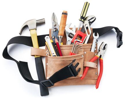 tool: Werkzeuggürtel mit Werkzeugen auf weißem Hintergrund