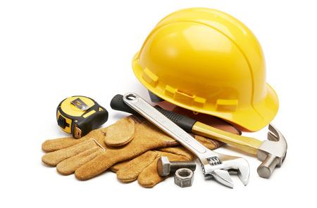 tuercas y tornillos: diversos tipos de herramientas en el grupo en el fondo blanco