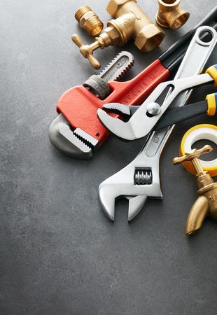 cañerías: diversos tipos de herramientas de plomería en el azulejo de color gris Foto de archivo