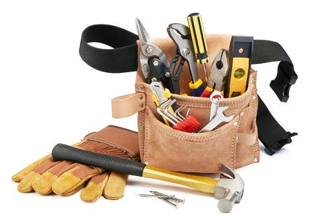 herramientas de trabajo: variedad de herramientas con cinturón de herramientas en el fondo blanco