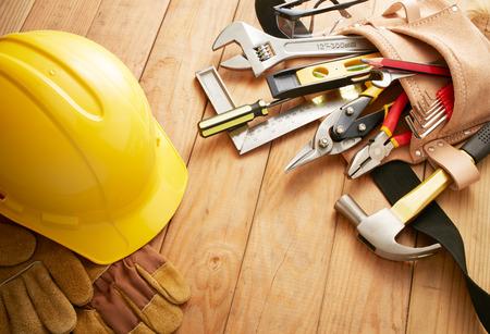 verschillende type tools op houten planken Stockfoto