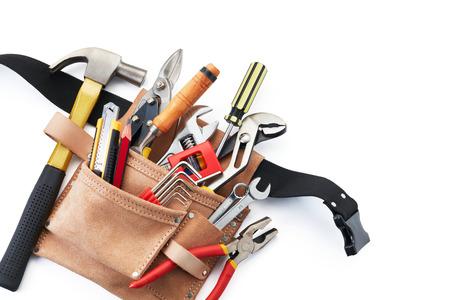 hardware: cinturón de herramientas con las herramientas en el fondo blanco de la visión superior