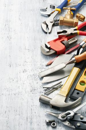 herramientas de trabajo: variedad de herramientas en la textura de fondo blanco con copia espacio Foto de archivo
