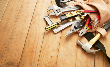 herramientas de trabajo: cinturón de herramientas con las herramientas en los tablones de madera con espacio de copia