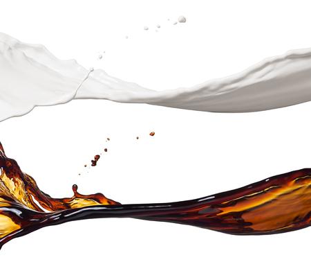 melk en koffie spatten op wit wordt geïsoleerd