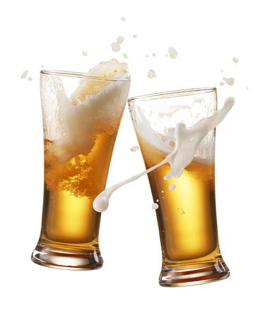 saúde: dois copos de cerveja brindam cria o respingo