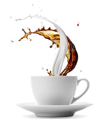 Tasse Kaffee und Milch spritzt auf weiß isoliert