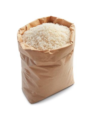 arroz blanco: arroz blanco en bolsa de papel aislado en blanco Foto de archivo