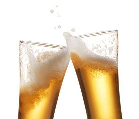 vasos de cerveza: dos vasos de cerveza que tuestan salpicaduras creación