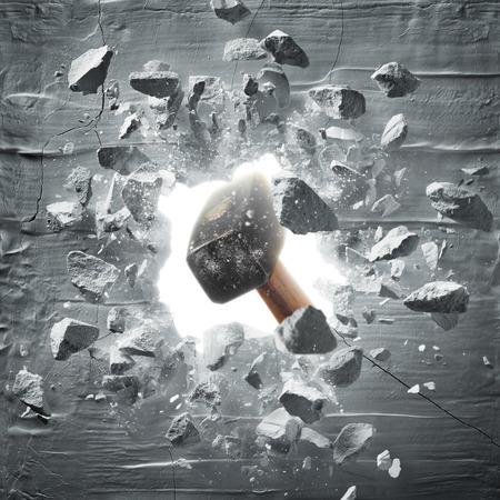 Marteau frapper le mur organiser trou et débris Banque d'images - 84910990