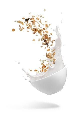 Miska musli z rozpryskiwaniem mleka na białym tle