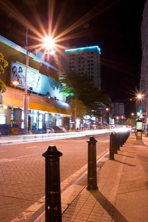 light trail: Rastros de luz Tomada en la isla de Penang durante la noche Editorial