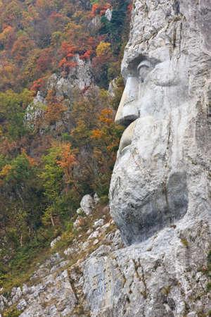 puertas de hierro: Decebal la cabeza tallada en la roca en las Puertas de Hierro Parque Natural, Rumania. Foto de archivo