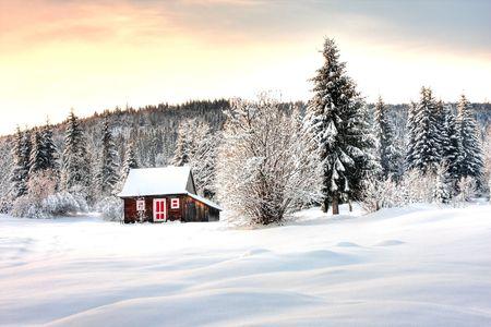 caba�a: Cabina de madera en el invierno. Foto de archivo