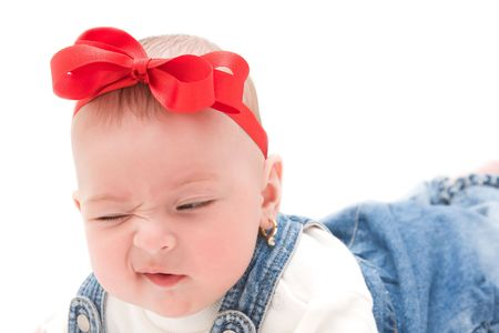 making faces: Cute bambina che deve affrontare.