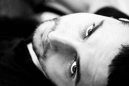 Junger Mann Porträt in Schwarz und weiß. Lizenzfreie Bilder