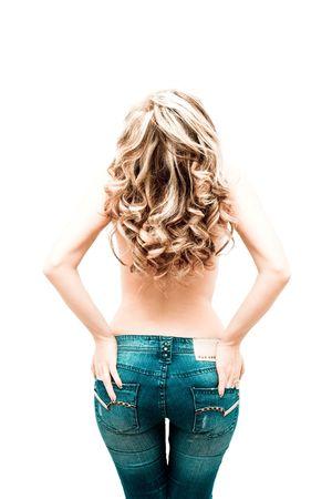 Schöne blonde Frau, die in Blue Jeans auf weiß