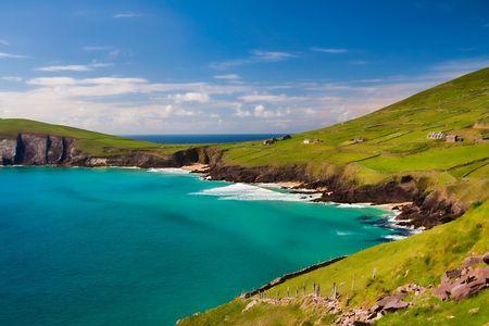Schön und Grün Landschaft in Dunquin Bucht, Irland  Lizenzfreie Bilder