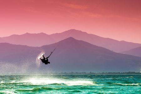 Kite surf en la playa de Skinias en Grecia.  Foto de archivo