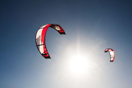 Outdoor Kite Surfen an einem sonnigen Tag