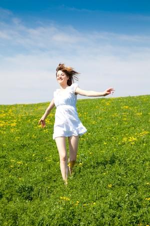 Junge Frau, die die Natur genießen, in einem warmen Frühlingstag