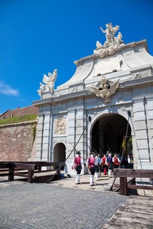 mediodía: De julio de 2010 - la Guardia cambia a las 12.00 horas en Alba Iulia fortaleza en Rumania