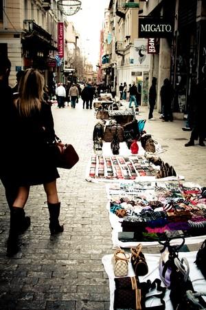 Athens, Griechenland - Februar 2010: Gefälschte Ware zum Verkauf auf Monastiraki Street.