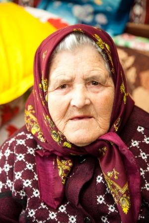 80s adult: Retrato de una anciana rumana en su casa.