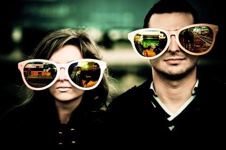 occhiali da vista: Coppia giovane con gli occhiali di grandi dimensioni che riflettono l'inizio della loro relazione. Archivio Fotografico