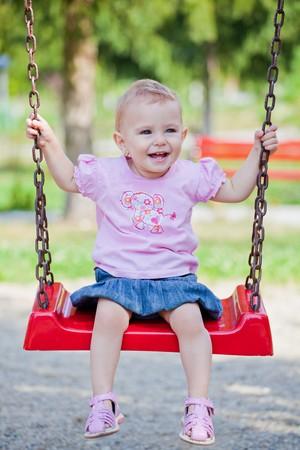 Kleines Baby Girl Zeit im Freien zu verbringen, an einem warmen Herbst-Tag. Lizenzfreie Bilder