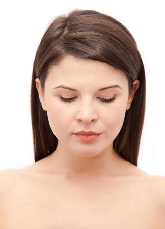 ojos cerrados: Retrato de una joven y bella mujer aislada sobre fondo blanco.