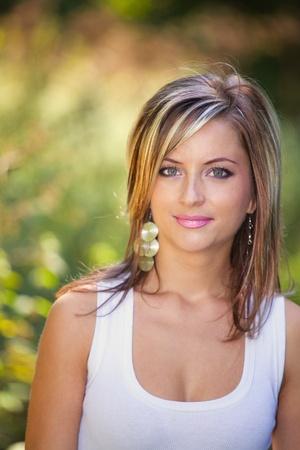 20: Mujer joven en sus veinte a�os, en el parque en verano. Foto de archivo