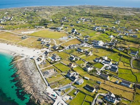 aran islands: Paisaje a�reo de Inisheer Isla, que forma parte de las Islas Aran, Irlanda.
