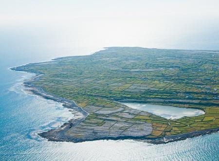 aran islands: Paisaje a�reo de Inisheer isla y el lago, que forma parte de las Islas Aran, Irlanda. Foto de archivo