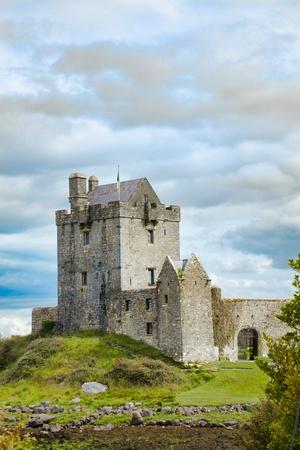 Dunguire Burg während der Sommersaison in County Galway, Irland.
