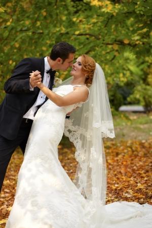 Braut und Bräutigam Porträt im Freien im Herbst.