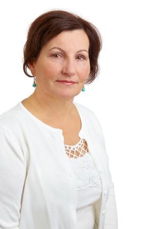 Porträt einer schönen Frau mittleren Alters vor einem weißen Hintergrund.