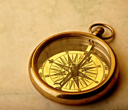 Antike goldene Kompass auf alten Papier, Studio gedreht. Standard-Bild - 11141123