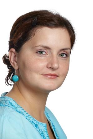Portrait d'une belle jeune femme vêtue d'un haut bleu élégant sur fond blanc.