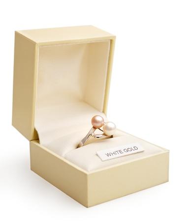 anillo de compromiso: Anillo de compromiso de oro blanco y perlas en una caja de jewlry elegante.