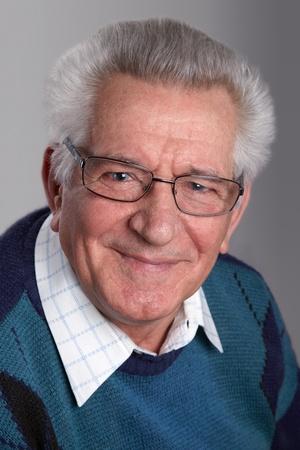 grandfather: Retrato de un anciano sonriendo, mirando a la c�mara, en el estudio.
