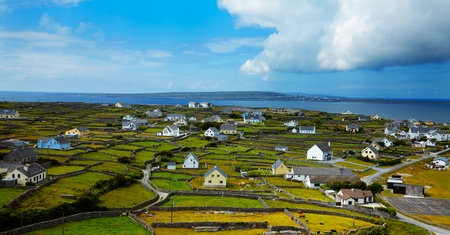 paisaje rural: Paisaje panor�mico de Inisheer Isla, que forma parte de las Islas Aran, en Irlanda. Foto de archivo
