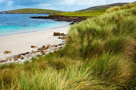 Schöne Landschaft an einem bewölkten Tag Sellerna Strand, Cleggan, Irland.